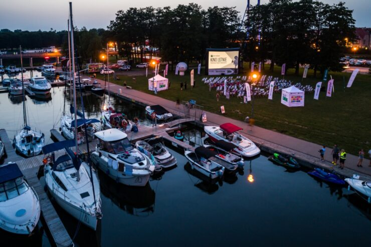 Zdjęcie przedstawia port Ekomariny z ekranem do wyświetlania filmó